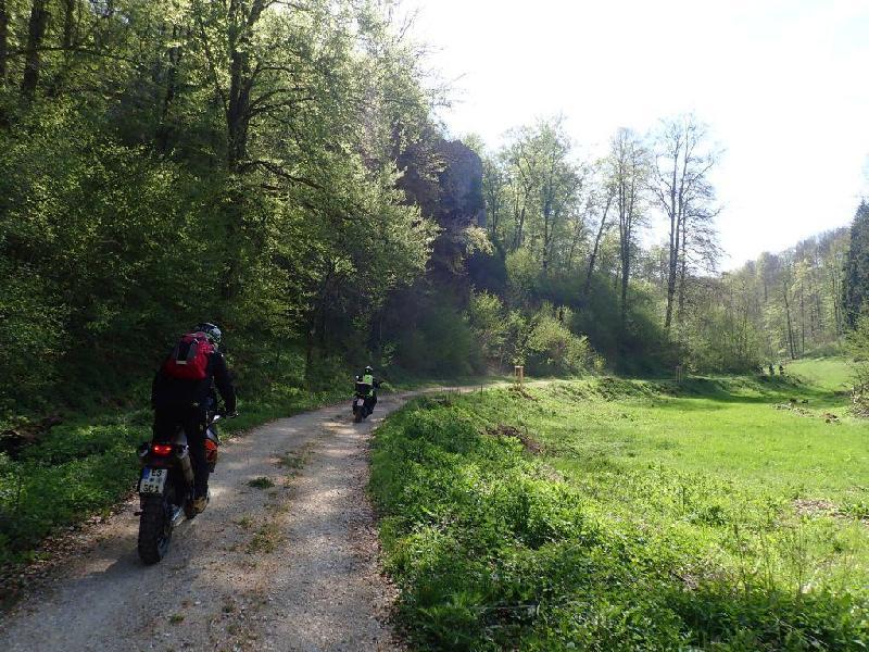 Enduro wandern über die Schwäbische Alb, auf Schotterwegen